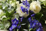 Rouwbloemstuk met blauw & wit_