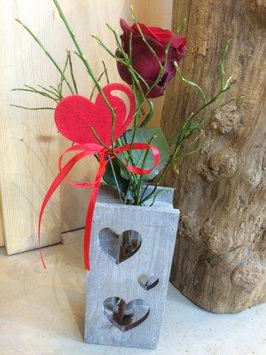Roos in liefdesvaasje