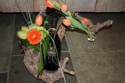 Bloemstuk met fles wijn