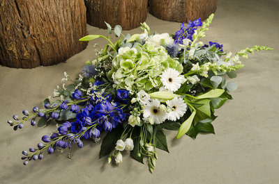 Rouwbloemstuk met blauw & wit
